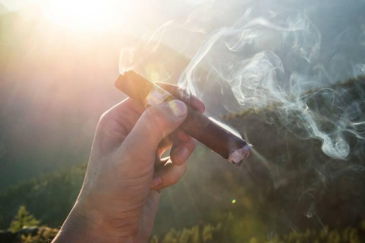 Rauchen, Zigarre, Relax, Relaxen, Entspannen, Reich (Bild: Pixabay/Pexels https://pixabay.com/de/zigarren-zigarette-rauchen-raucher-1281672/ )