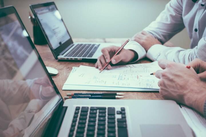 Tipp, Beratung, Büro, Empfehlung, Empfehlen, Ausfüllen, Studieren, Nachdenken (Bild: Pixabay/Unsplash https://pixabay.com/de/büro-zwei-personen-geschäft-team-1209640/ )