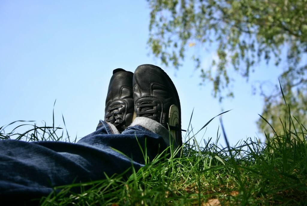 Pause, Relax, Entspannen, Unterbrechung, Natur, Frühling, Sommer, Frühjahr, Schuhe (Bild: Pixabay/Catkin https://pixabay.com/de/schuhe-füße-ausruhen-pause-sommer-1723627/ ) (27.04.2017)