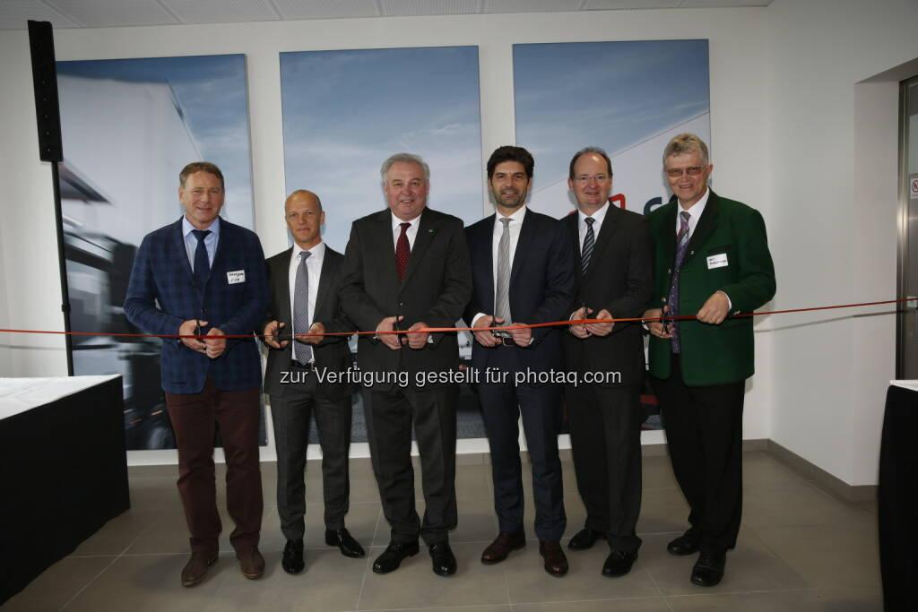 Franz Glanz (Geschäftsführer der GlaRi GmbH & Co AG), Bernd Labugger (Geschäftsstellenleiter von DB Schenker Graz-Wundschuh), Landeshauptmann Hermann Schützenhöfer, Helmut Scheighofer (CEO von DB Schenker in Österreich und Südosteuropa), Herbert Ritter (Geschäftsführer der GlaRi GmbH & Co AG), Karl Brodschneider (Bürgermeister der Gemeinde Wundschuh): DB Schenker in Österreich: Feierliche Eröffnung des neuen DB Schenker Logistik-Zentrums in Graz mit Landeshauptmann Hermann Schützenhöfer (C) DB Schenker, © Aussender (30.04.2017)