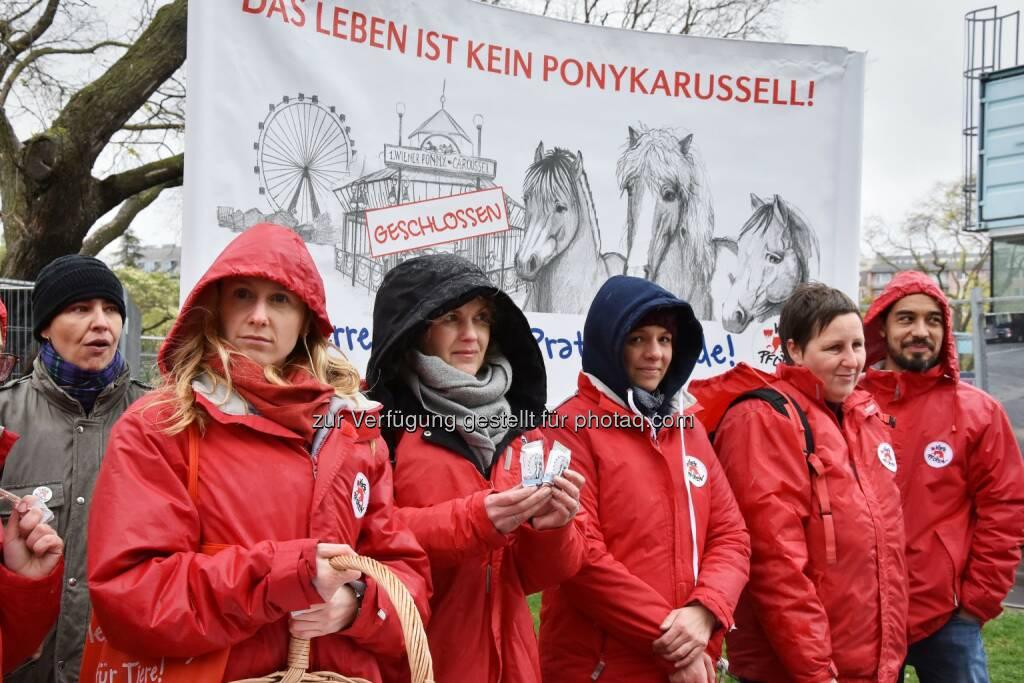 Die VIER PFOTEN Mitrbeiter trotzten dem schlechten Wetter und protestierten gegen den weiteren Einsatz der ehemaligen Ponykarussell-Pferde auf der Reitbahn - VIER PFOTEN: VIER PFOTEN lässt Prater-Ponys nicht im Stich (Fotocredit: VIER PFOTEN), © Aussender (02.05.2017)