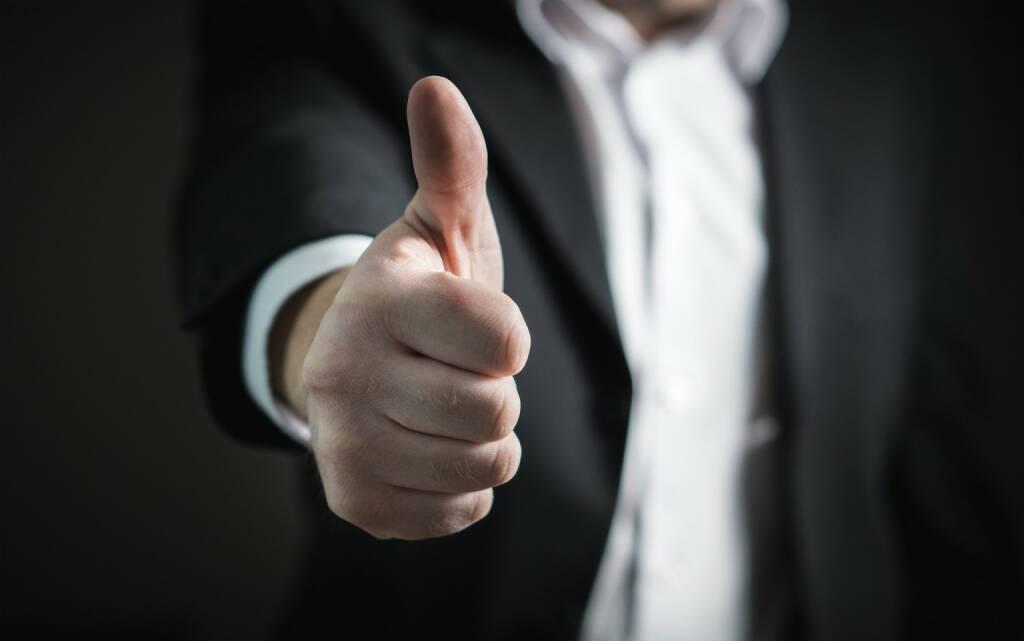 Daumen hoch, Positiv, Optimist, optimistisch, gut, besser, Erfolg (Bild: Pixabay/TeroVesalainen https://pixabay.com/de/kaufmann-daumen-hoch-erfolg-hand-2056022/ )    (02.05.2017)