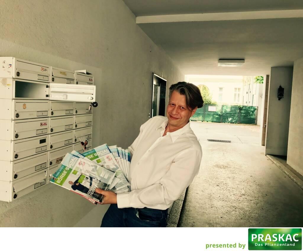 Robert Gillinger (Börse Express) mit den frischen Magazines in der Post (27.05.2017)