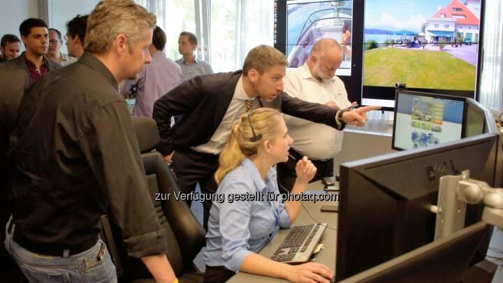 Großes Interesse bei der Mission Critical PTT Live Demo in der Frequentis-Kontrollzentrale - Frequentis AG: The Power of Standardisation – LTE im Einsatz für Leitzentralen (Fotocredit: Frequentis AG)