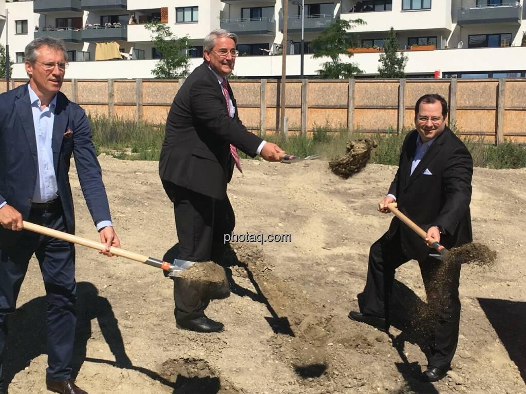von links: Gerhard Schuster (3420 aspern development AG), Ernst Nevrivy (Bezirksvorsteher Donaustadt) und Daniel Riedl (CEO Buwog AG) beim Spatenstich in der Seestadt Aspern, © Christine Petzwinkler (12.06.2017)