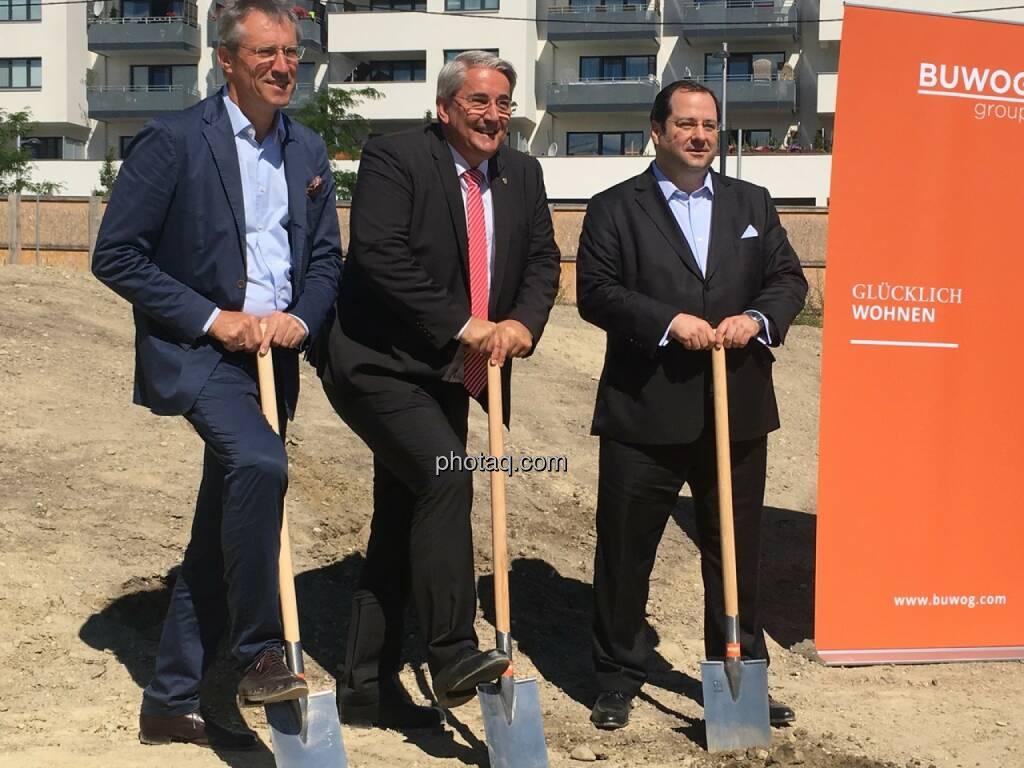 von links: Gerhard Schuster (3420 aspern development AG), Ernst Nevrivy (Bezirksvorsteher Donaustadt) und Daniel Riedl (CEO Buwog AG) beim Spatenstich für das Projekt See See in der Seestadt Aspern, © Christine Petzwinkler (12.06.2017)