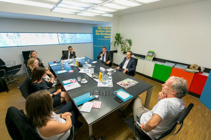 Gruppenfoto: Roundtable: Fondsmanager meet Studiengang Wirtschafts- und Finanzkommunikation - (Fotocredit: Martina Draper)