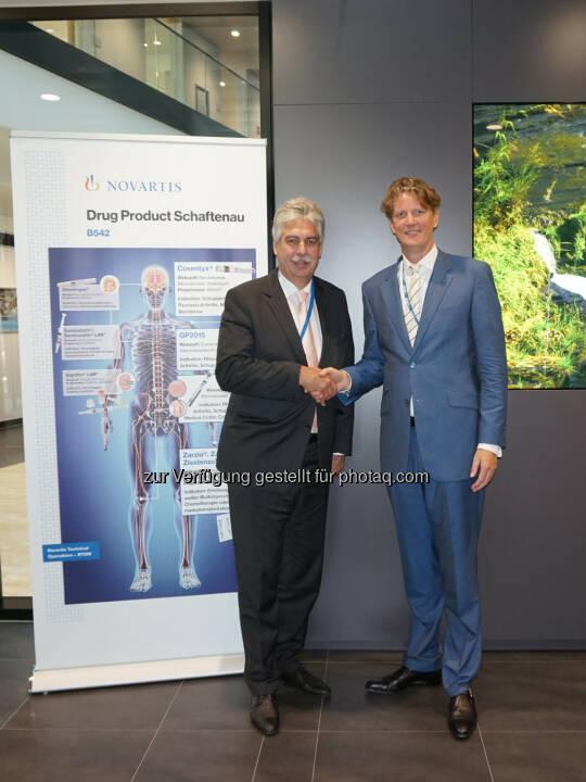 Finanzminister Hans-Jörg Schelling mit Ard van der Meij, Vorsitzender der Sandoz-GmbH - Novartis Austria GmbH: Minister Schelling bei Sandoz: Investitionen brauchen Anreize, besonders im Pharma-Bereich (Fotocredit: Novartis)