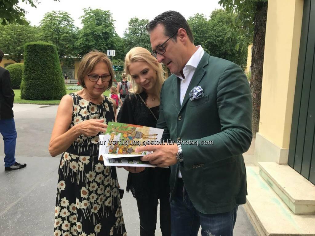 Philippa und HC Strache bedankten sich bei der Direktorin Dagmar Schratter - Freiheitlicher Parlamentsklub - FPÖ: Ehepaar Strache übernimmt Tierpatenschaft in Schönbrunn (Bild: FPÖ), © Aussender (27.06.2017)
