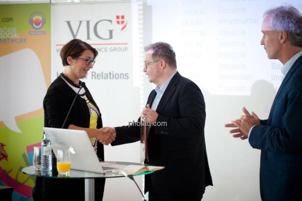 Flughafen Wien wird in die Hall of Fame aufgenommen: Judit Helenyi (Leitung Investor Relations, Flughafen Wien) übernimmt den Preis von Gregor Rosinger (Rosinger Group) und Christian Drastil (BSN) http://www.boerse-social.com/hall-of-fame, © Michaela Mejta (04.07.2017)