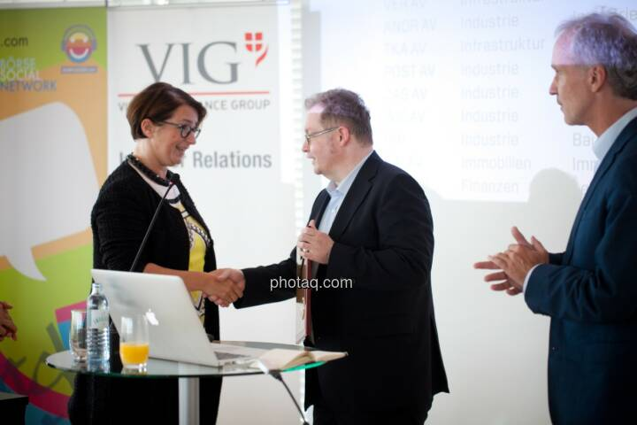 Flughafen Wien wird in die Hall of Fame aufgenommen: Judit Helenyi (Leitung Investor Relations, Flughafen Wien) übernimmt den Preis von Gregor Rosinger (Rosinger Group) und Christian Drastil (BSN) http://www.boerse-social.com/hall-of-fame