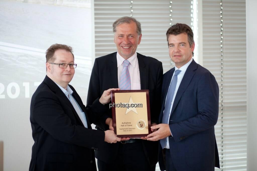 Wilhelm Rasinger (Mitte, IVA) wird in die Hall of Fame aufgenommen, links: Gregor Rosinger (Rosinger Group), rechts: Marc Tüngler (DSW) http://www.boerse-social.com/hall-of-fame, © Michaela Mejta (04.07.2017)