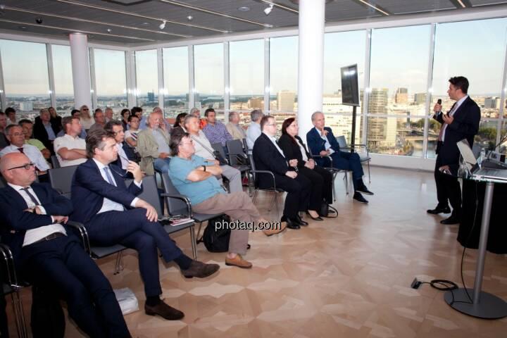Josko Radeljic, Leiter Investor Relations, BayWa AG, stellt sein Unternehmen bei der BSN Roadshow #71 im Ringturm vor