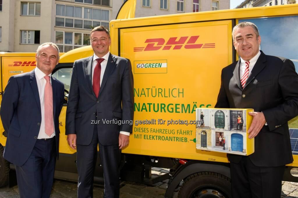 DHL Paket Österreich Geschäftsführer Günter Birnstingl, BM Jörg Leichtfried, Konzernvorstand Jürgen Gerdes - DHL Paket (Austria): E-Mobilität - DHL stellt erstmals in Österreich Pakete mit Elektrofahrzeugen zu (Bild: Bill Lorenz/DHL Paket), © Aussendung (06.07.2017)
