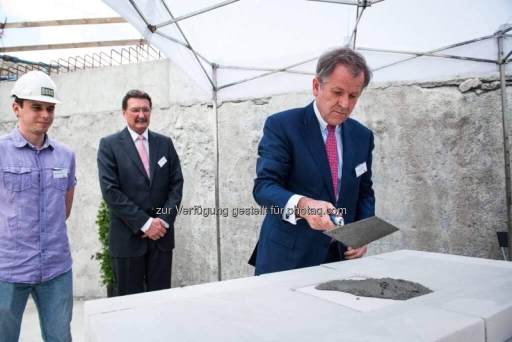 Eduard Zehetner mauert: Grundsteinlegung für das Immofinanz-Bürogebäude Nimbus in Warschau , &copy; Immofinanz via <a href=