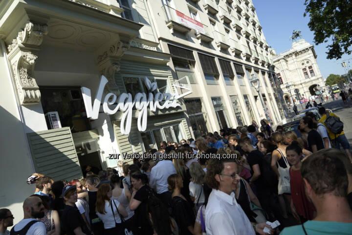 Großer Andrang bei Eröffnung - 3C-DESIGN Werbe- und Designgesellschaft m.b.H.: Gemüsemassenauflauf in Wien sorgte für Verkehrschaos (Fotocredit: Johann Knopf)
