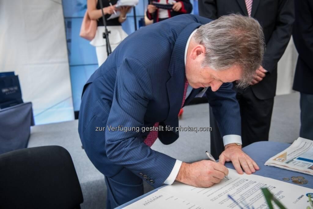 Eduard Zehetner, Immofinanz, unterschreibt, &copy; Immofinanz via <a href=
