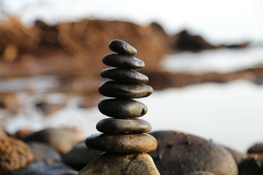 Stabil, instabil, Gleichgewicht, Turm, wackelig, wackeln, Aufbauen, Stein, Steine (Bild: Pixabay/milivanily https://pixabay.com/de/steine-stein-turm-gleichgewicht-2082937/ ) (26.07.2017)