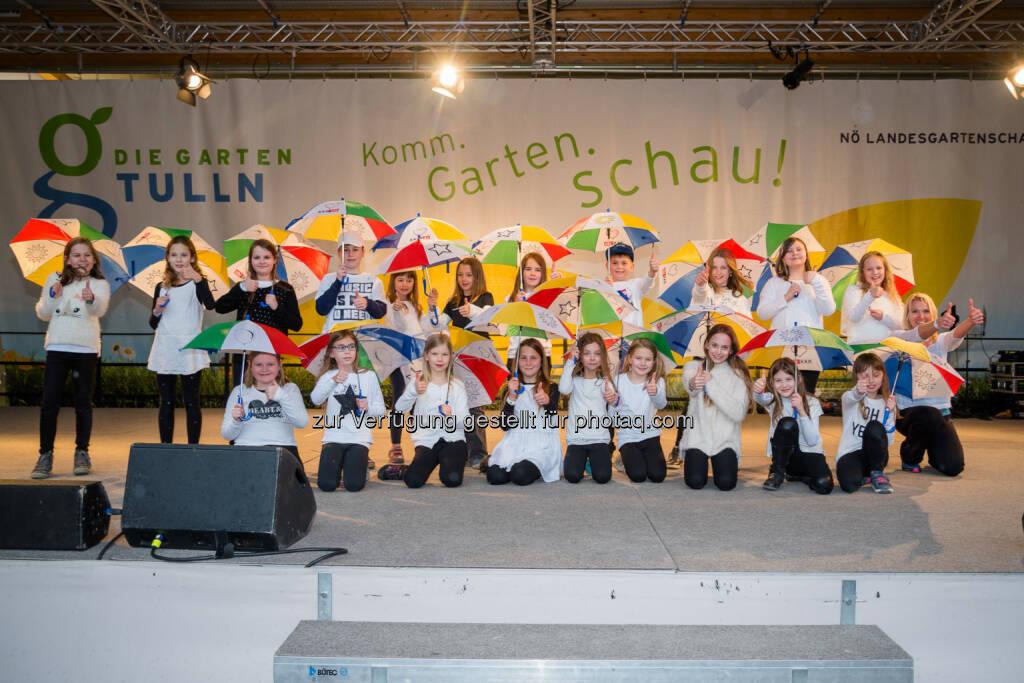 Schüler/Innen aus Paudorf zeigten beim LEADER Regionsfest auf der Bühne der GARTEN TULLN einen Regenschirmtanz - Verein Leader: LEADER Region Donau NÖ-Mitte ist trotz Hitze cool (Fotocredit: www.fischer-media.at), © Aussender (01.08.2017)