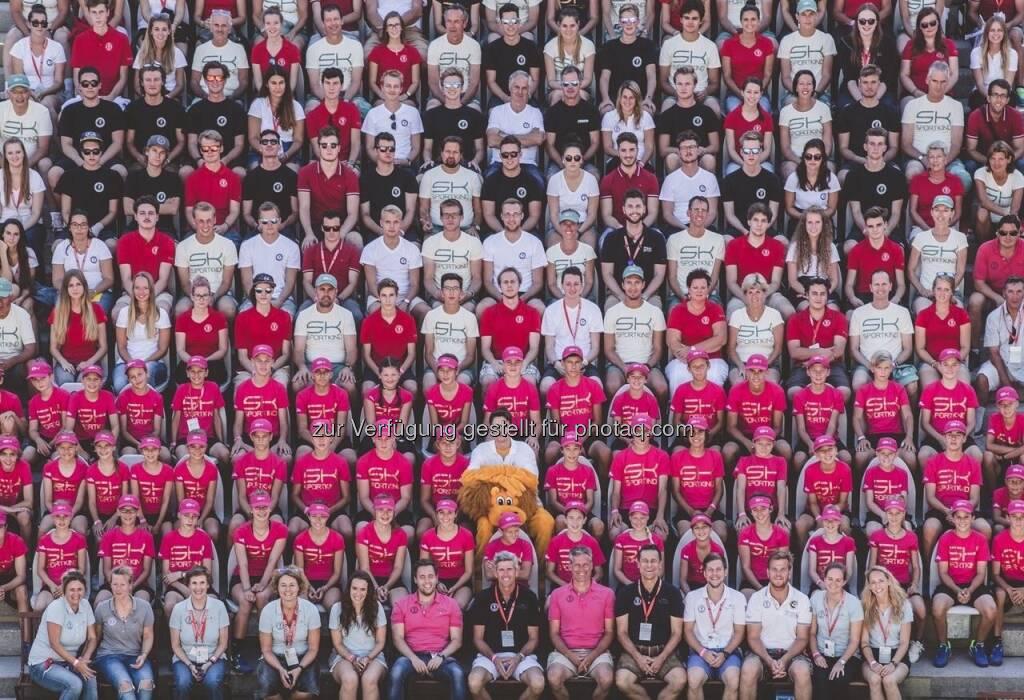 Gruppenfoto aller Mitarbeiter des ATP Generali Open am Centre Court in Kitzbühel (08.08.2017)