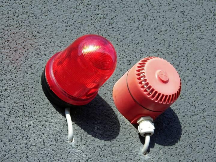 Alarm, Warnung, Rot, Achtung (Bild: Pixabay/WerbeFabrik https://pixabay.com/de/alarm-rundumleuchte-warnleuchte-1680620/ )