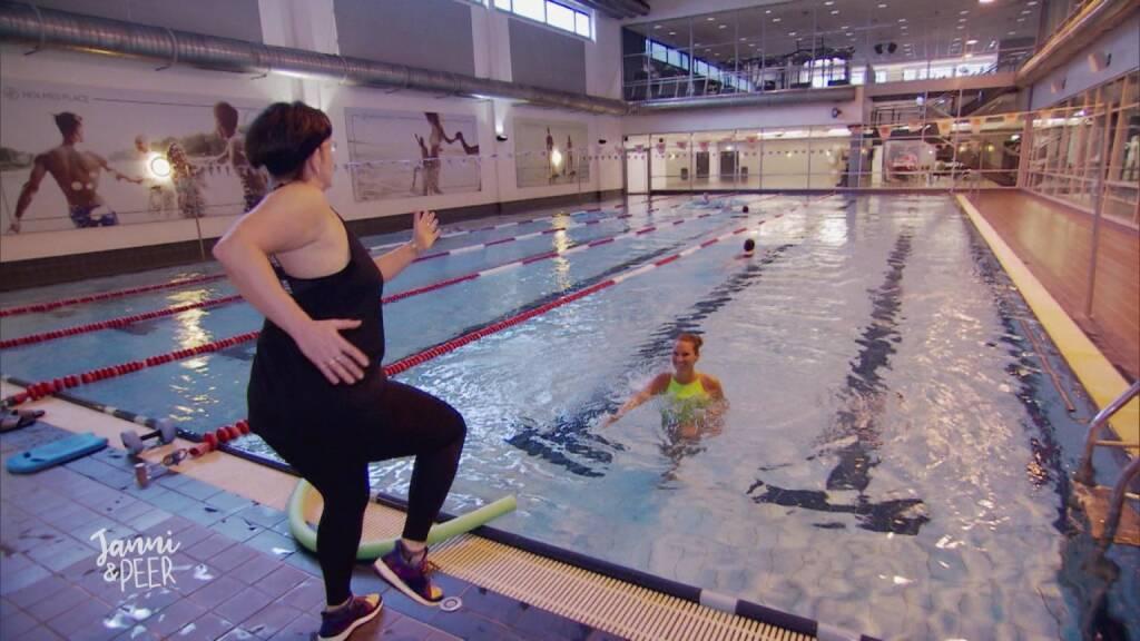 Surferin Janni Hönscheid probiert Aquagym, Wasser, Schwimmen, Schwimmbecken, Pool, Gymnastik, Fotocredit: RTL II, © Aussendung (14.08.2017)