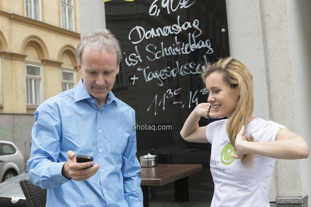 Anruf, Handy - Christian Drastil, Claudia Gamon (JuLis/Neos) für http://finanzmarktfoto.at/page/index/374/, © finanzmarktfoto.at/Martina Draper (23.05.2013)