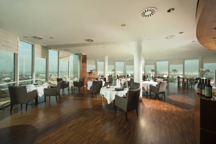 Im Restaurant dasTURM in Wien kann man mit Bitcoin zahlen, Business Park Vienna, Immofinanz, Foto: Karl Schrotter/dasTURM