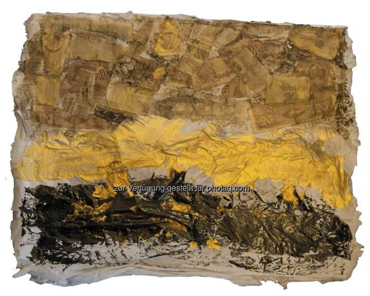 """Das Material-Bild """"Werte und Schätze"""" von RenatA PantherA (40x50 cm) zeigt lt. Künstlerin verschiedene Arten von Schätzen: Bodenschätze wie Metalle, Öl, Holz, Moor, Gold und Papiergeld in Kontrast dazu: Geld-Scheine in Zerlösung. Unten findet sich der wichtigste Schatz: der Bodenschatz, der Ursprung aller anderen Schätze. Man sieht schwarzes Gold wie Kohle, Öl und Bitumen. In der Mitte: Goldfunde als Blattgoldvariante  Oben Geld: Geld entsteht aus den unteren beiden Bodenschatz-Schichten. Dieses Geld ist aber eingebunden in einen weiteren Kreislauf: der Hebung von Bodenschätzen. Somit schließt sich der Kreislauf der Natur. Collage: RenatA PantherA; Photo: Michael Redmann"""