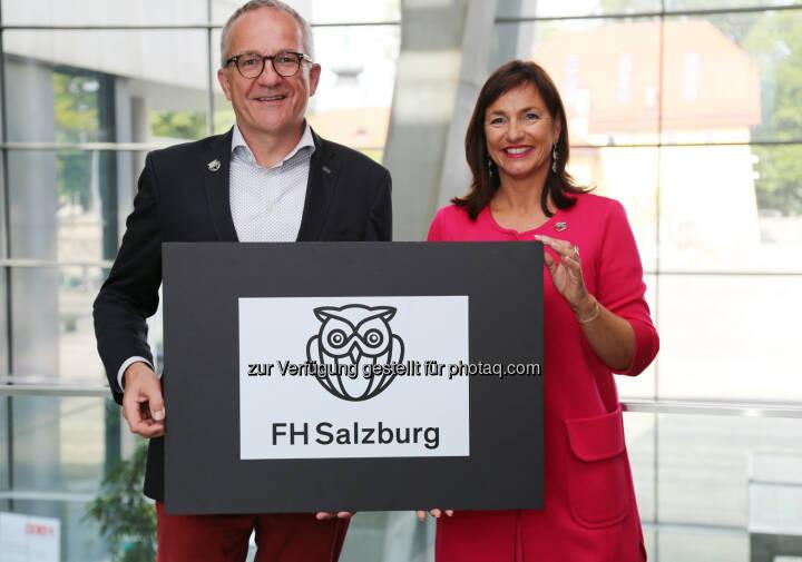 Die Geschäftsführung der FH Salzburg, Raimund Ribitsch und Doris Walter, mit dem neuen Logo - Fachhochschule Salzburg GmbH: Neuer Markenauftritt der FH Salzburg (Fotograf: Nina Bacher / Fotocredit: FH Salzburg)