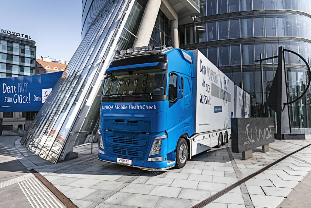 UNIQA Österreich erweitert das Gesundheitsservice für Firmenkunden, Uniqa-Truck vor dem Uniqa Tower, Foto: Uniqa/C. Halbauer, © Aussendung (14.09.2017)