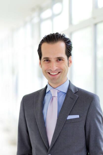 Dr. Philipp Bardas wird ab 1. Oktober 2017 das Generalsekretariat der Vienna Insurance Group (VIG) leiten. Als Generalsekretär ist er mit seinem Team unter anderem für länder- und bereichs-übergreifende Projekte, die Erstellung der Geschäfts- und Zwischenberichte sowie die Koordination der Organsitzungen zuständig. Er tritt die Nachfolge von Mag. (FH) Sabine Stiller an, die künftig die Kfz-Fachabteilung der Wiener Städtischen Versicherung führen wird. Fotocredit: Thomas Pitterle, © Aussendung (25.09.2017)