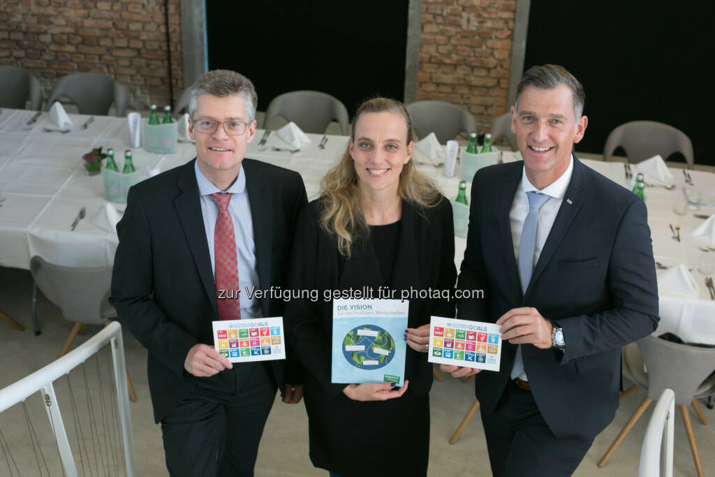 Hugo Rohner (SKIDATA AG), Daniela Knieling (respACT), Simon Meinschad (hollu Systemhygiene GmbH) beim respACT Business Lunch am 26. September 2017 in der Panzerhalle in Salzburg - respACT - austrian business council for sustainable development: Unternehmen auf ihrem Weg zu nachhaltiger Beschaffung und Produktion (Fotocredit: wildbild), © Aussender (26.09.2017)