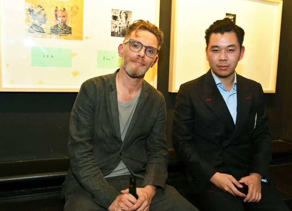 "Kunstsammler Martin Ho (rechts) lud in seiner HO Gallery zu TOMAKs Vernissage von ""The Return of Futomaki""; © Christian Jobst (05.10.2017)"