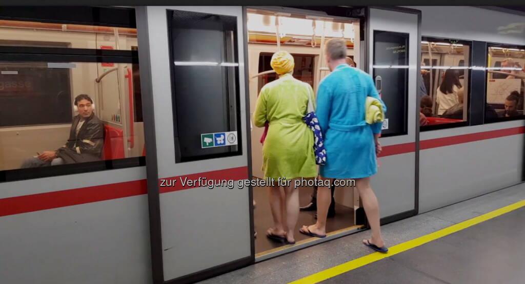 Therme Wien GmbH & Co KG: Thermengäste sorgen für Unterhaltung in Wiener U-Bahn (Fotocredit: Therme Wien), © Aussender (10.10.2017)