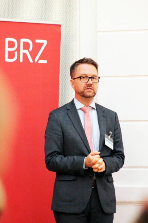 """Das Bundesrechenzentrum (BRZ) veranstaltete gemeinsam mit der Oesterreichischen Kontrollbank (OeKB) ein weiteres DIMCA-Netzwerk-Treffen. Unter dem Titel """"Blockchain-Technologie in der öffentlichen Verwaltung"""" sprachen Experten aus Recht, Verwaltung und Wirtschaft zu ihren Erfahrungen, Erwartungen und Anforderungen an die neue Technologie, Matthias Lichtenthaler, Bereichsleiter Digitale Transformation im BRZ; Fotocredit: BRZ"""