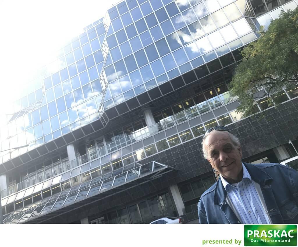 Mit Franz Kubik vor dem hoffentlich noch sehr lange stehenden Ex-CA IB-Headquarter #1090 Wien (11.10.2017)