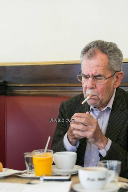 Alexander van der Bellen, raucht, © finanzmarktfoto.at/Martina Draper (29.05.2013)