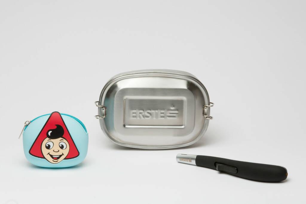 Weltspartag am 31.10.2017: Bei der Erste Bank gibt es ein Stabfeuerzeug, eine Lunchbox im Retro-Design oder eine Sparefroh-Kindergeldbörse. Fotocredit: ©Erste Bank / Marlena König , © Aussendung (24.10.2017)