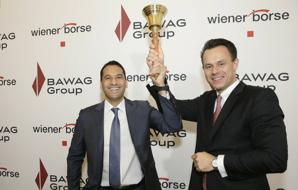 BAWAG Vorstand Abuzaakouk und Wiener Börse Vorstand Christoph Boschan läuten die Glocke zum Börsengang der BAWAG; Fotocredit: Wiener Börse, © Aussendung (25.10.2017)