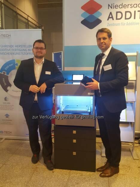 Geschäftsführer EVO-tech Markus Kaltenbrunner mit Wirtschaftsminister Olaf Lies - EVO-te: EVO-tech eröffnet zweiten Standort in Hannover (Fotocredit: EVO-tech GmbH), © Aussender (31.10.2017)