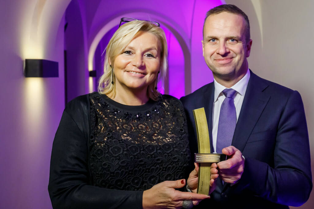 BUWOG-Geschäftsbericht mit dem Econ-Award ausgezeichnet; Ingrid Fitzek-Unterberger, Bereichsleiterin Marketing & Kommunikation, und Holger Lüth, Bereichsleiter Corporate Finance & Investor Relations, bei der Award-Gala in Berlin. Fotocredit: Econ Award/Thomas Rosenthal/Jan Kobel, © Aussendung (09.11.2017)