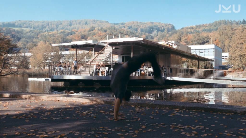 """Ein neues Video zeigt den Campus der Johannes Kepler Universität aus einer anderen, waghalsigen Perspektive und verwandelt ihn in ein Parkour-Paradies: Alex Schauer, 22-jähriges Aushängeschild der Trendsportart, die auch als """"Kunst der effizienten Fortbewegung"""" bezeichnet wird, bahnt sich seinen speziellen Weg über das JKU-Gelände. Copyright Screenshots: JKU, © Aussendung (10.11.2017)"""