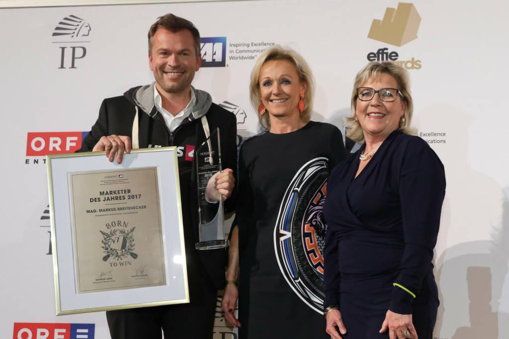 """Zum ersten Mal begrüßte Walter Zinggl als neuer IAA Präsident rund 500 Gäste aus Werbung, Medien und werbetreibender Wirtschaft zur Verleihung der begehrten EFFIE Awards des Austrian Chapters der International Advertising Association (IAA) im Gartenbaukino in Wien. Unter dem Motto """"Ein EFFIE ist für immer"""" konnten anlässlich der 33. EFFIE Gala aus 60 Einreichungen zehn Kampagnen ausgezeichnet werden. Markus Breitenecker, Geschäftsführer ProsiebenSat1 Puls 4, wurde zum Marketer des Jahres gewählt - hier im Bild mit Maria Bauernfried und Dagmar Lang, Fotocredit © Katharina Schiffl, © Aussendung (14.11.2017)"""