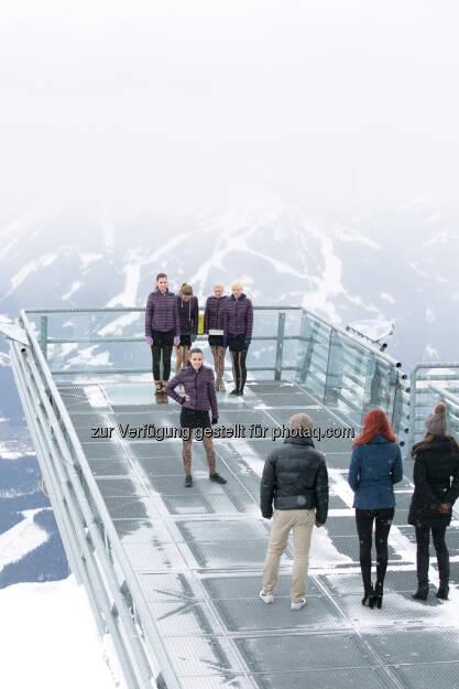 Miss Austria 2013 Kandidatinnen beim herausfordernden Catwalk-Training am Skywalk vor traumhafter Bergkulisse, (c) PULS 4 Harald Lachner (01.06.2013)
