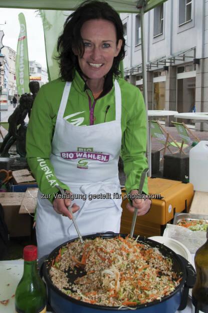 Eva Glawischnig kocht das Lieblingsgericht aus ihrer Kindheit - in Rezept für Österreich auf PULS 4 (01.06.2013)