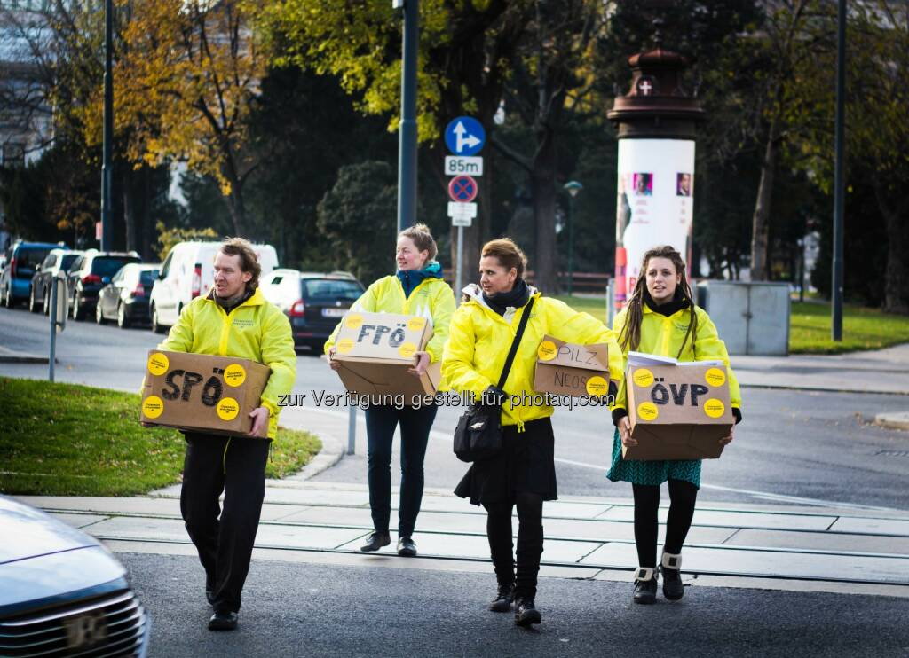 Österreich entscheidet: Österreich entscheidet übergibt Demokratie-Starterpaket an Nationalratsabgeordnete (Fotograf: Gabriel Gschaider / Fotocredit: ÖE), © Aussender (17.11.2017)