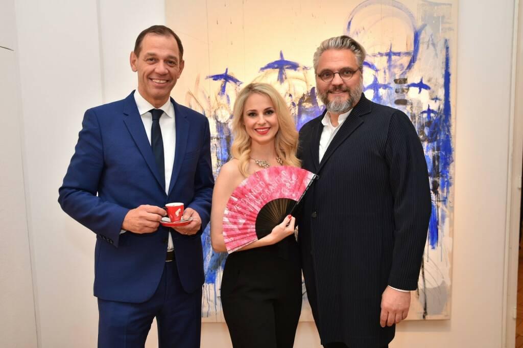 Julius Meinl-CEO Marcel Löffler, Moderatorin Silvia Schneider, Christof Cremer, künstlerischer Leiter des Wiener Kaffeesiederballs;  (© Andreas Tischler) (21.11.2017)