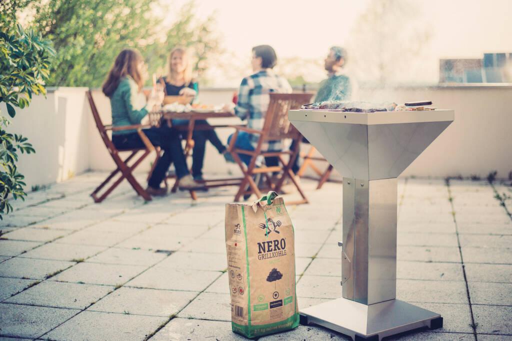 Als weltweit erster Hersteller von bio-zertifizierter Holzkohle verzichtet NERO vollständig auf die Verwendung von Tropenholz. Nun geht NERO mit einem Crowdfunding auf GREEN ROCKET, Europas größter Crowdinvesting-Plattform für nachhaltige Unternehmen und Startups, auf Expansionskurs. Investoren profitieren von bis zu 7 % Fixzins p.a. und aliquoter Erfolgsbeteiligung. Copyright: NERO, © Aussendung (22.11.2017)