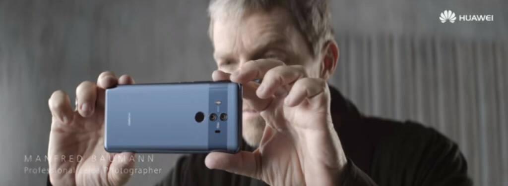 Star-Fotograf Manfred Baumann steht für neue Huawei TV-Kampagne vor der Linse. Durch die Zusammenarbeit von Huawei mit dem renommierten Kamera-Hersteller Leica entstand die Kooperation mit Manfred Baumann, der bereits seit 2016 mit Leica kooperiert. Bild: Huawei Österreich , © Aussendung (27.11.2017)